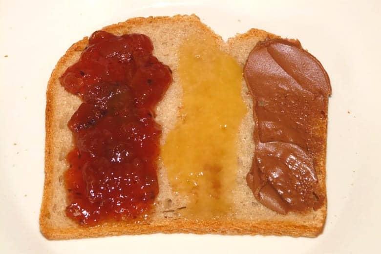 σπιτική μερέντα ή σπιτική μαρμελάδα στο ψωμί