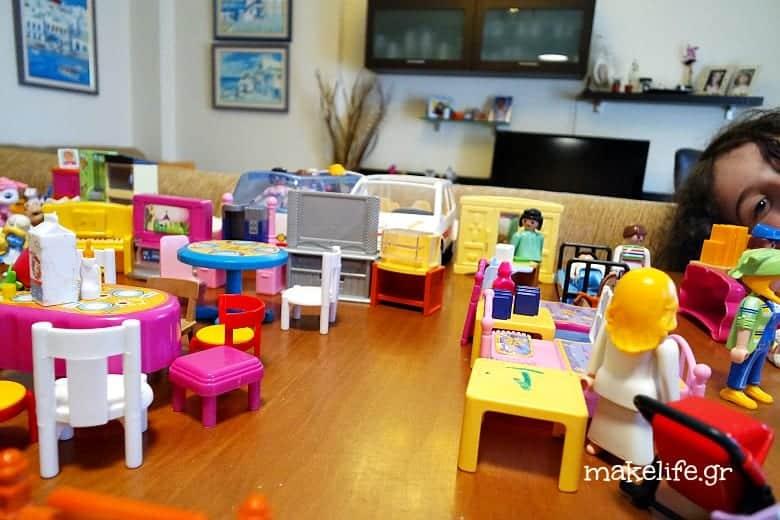 μια πολιτεία από playmobil στο τραπέζι