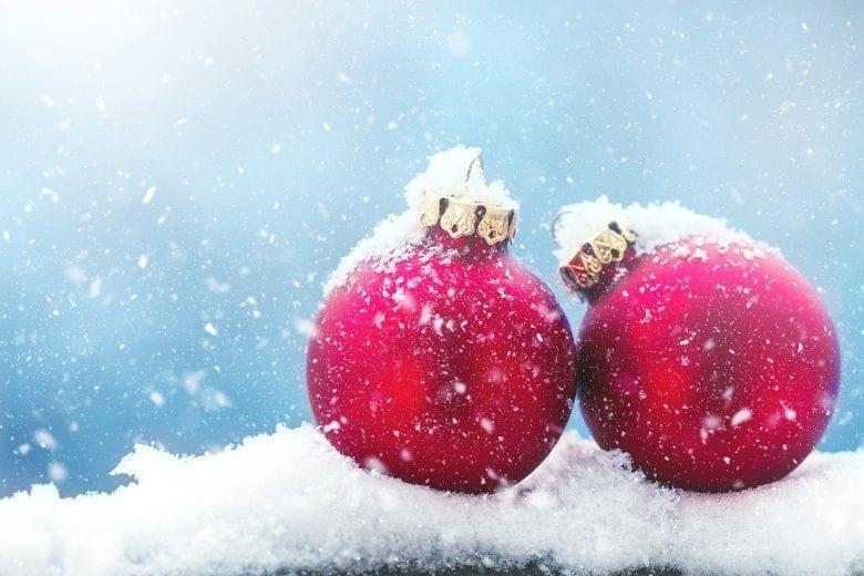 Χριστουγεννιάτικο Θέμα Ταπετσαρίας με Κόκκινες Μπάλες Στολίδια στο Χιόνι