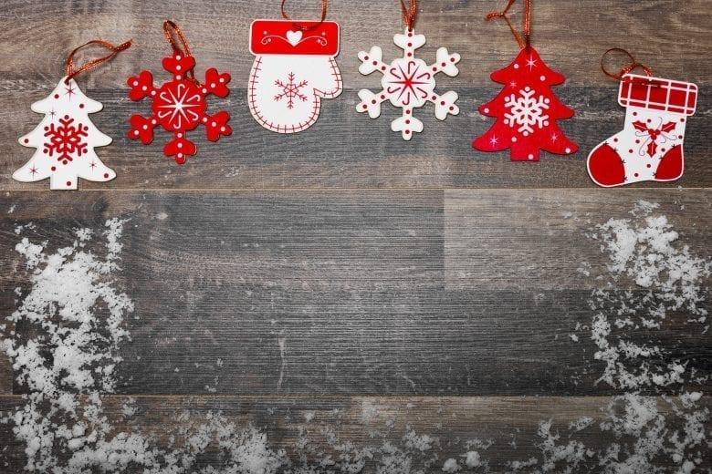 Χριστουγεννιάτικο Θέμα Ταπετσαρίας με Κόκκινα Στολίδια σε Ξύλινη Επιφάνεια