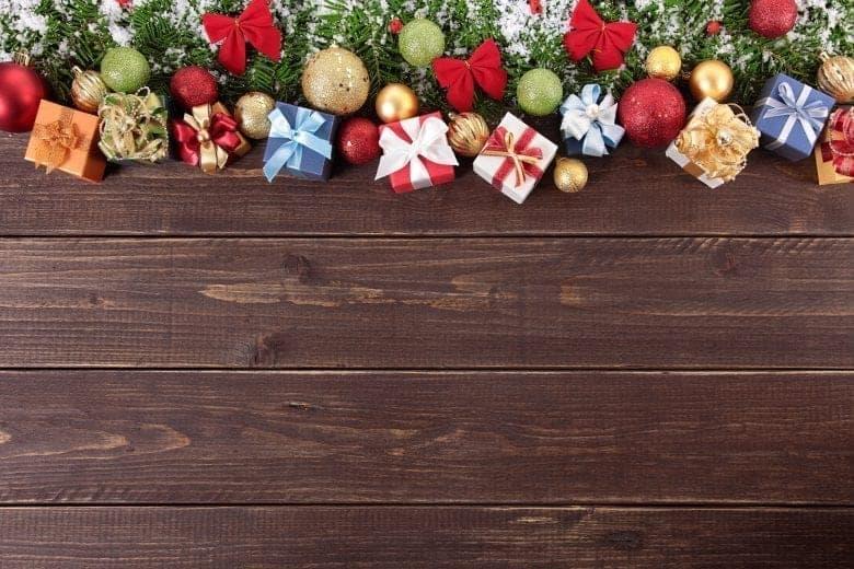 Χριστουγεννιάτικο Θέμα Ταπετσαρίας με Στολίδια σε Ξύλινη Επιφάνεια