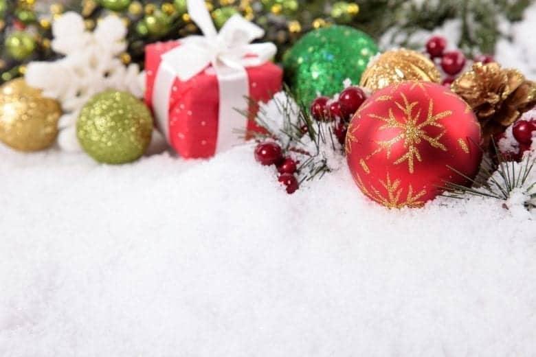 Χριστουγεννιάτικο Θέμα Ταπετσαρίας με Στολίδια και Δώρα στο Χιόνι
