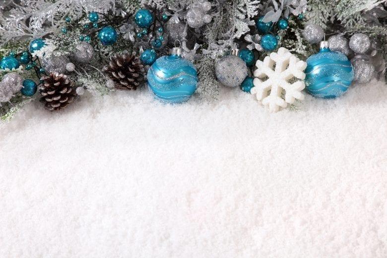 Χριστουγεννιάτικο Θέμα Ταπετσαρίας με Στολίδια στο Χιόνι