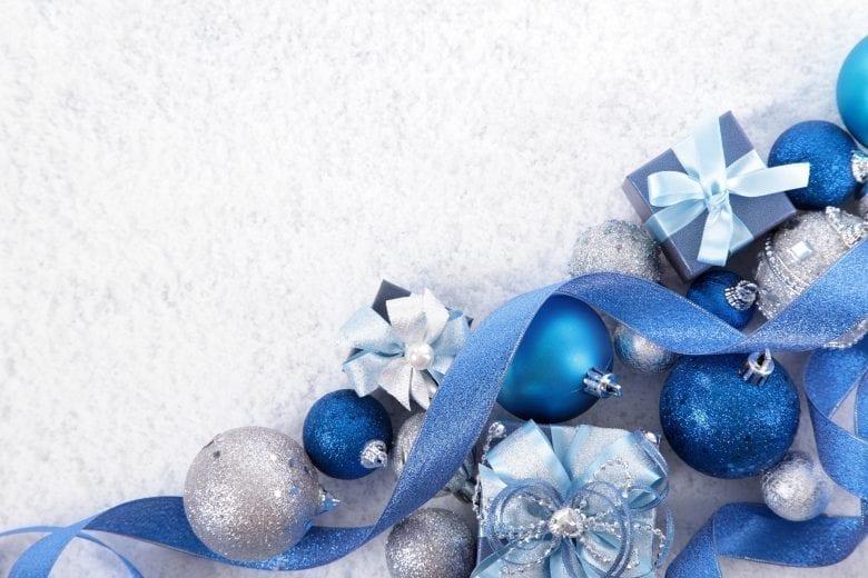 Χριστουγεννιάτικο Θέμα Ταπετσαρίας με Μπλε Στολίδια στο Χιόνι