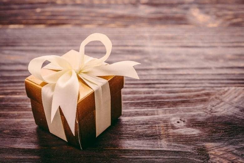 Χριστουγεννιάτικο Δώρο σε Ξύλινη Επιφάνεια