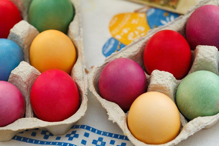 Βάψιμο αυγών: 5 μυστικά για κόκκινα αυγά χωρίς αστοχίες