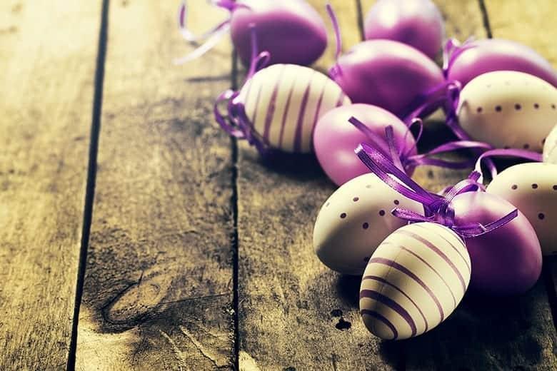 Πασχαλινά αυγά μωβ ταπετσαρία