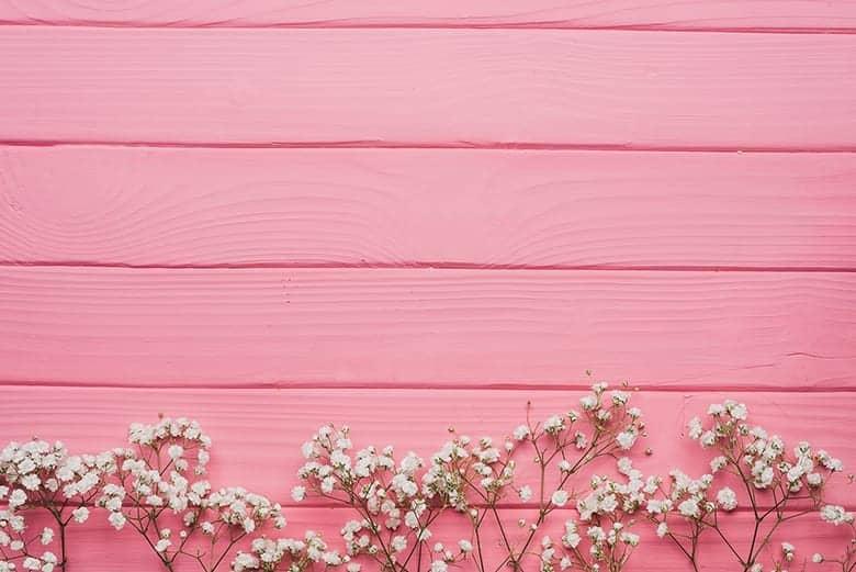 Ροζ ξύλινη επιφάνεια με λουλούδια