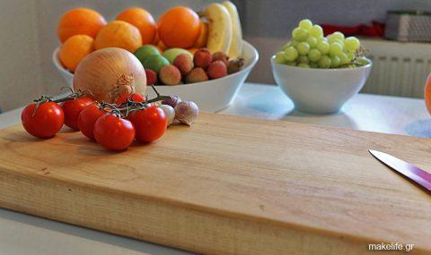 Ξύλινη ή πλαστική επιφάνεια κοπής; Τι να προσέξω στην κουζίνα