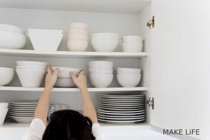 Γιατί μυρίζουν τα ντουλάπια της κουζίνας και πως θα το διορθώσεις